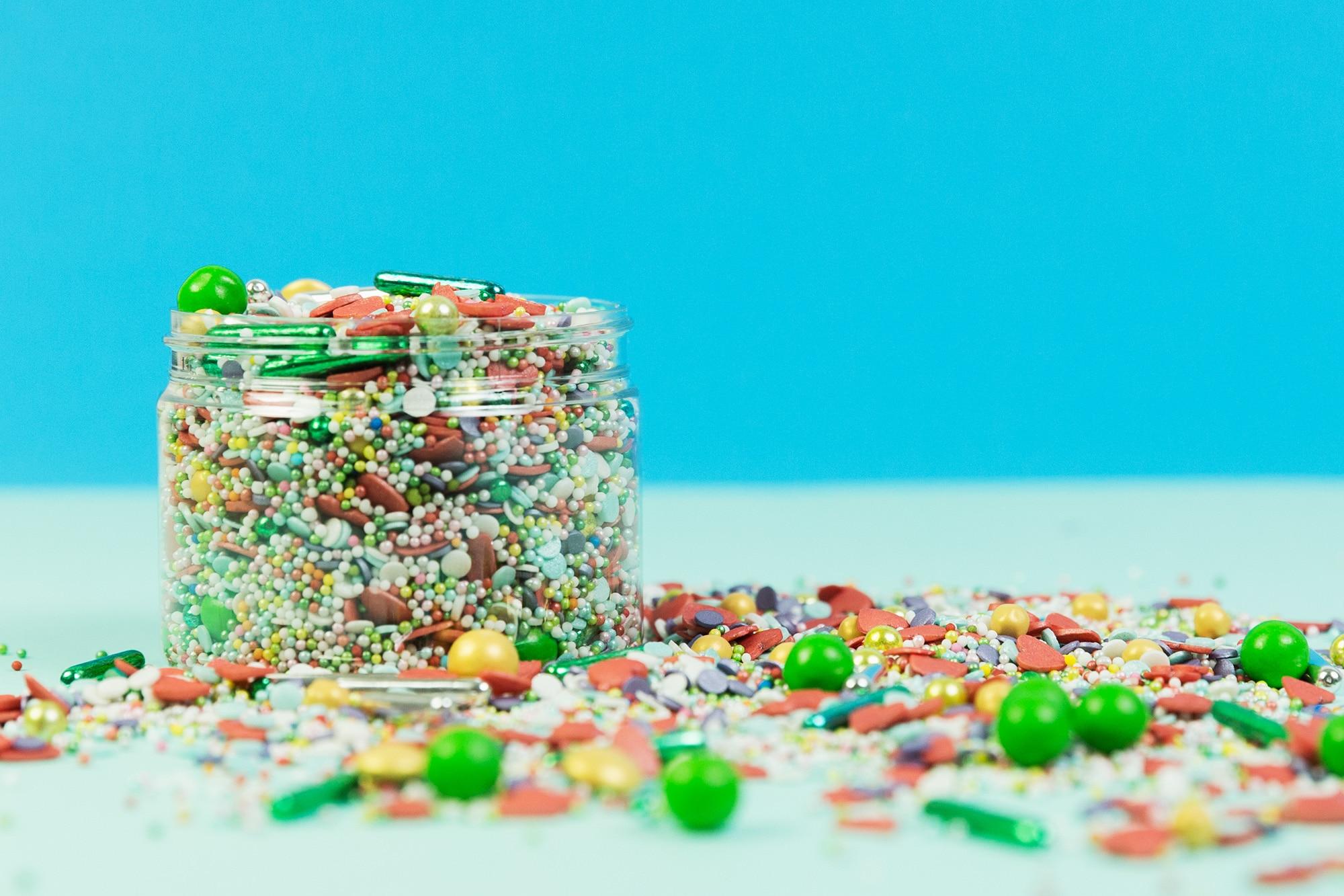 Eine kunterbunte Mischung von Zuckerstreuseln fuer viele verschiedene Anlaesse. Tortendeko und Kuchendeko von Liebelingsstreusel