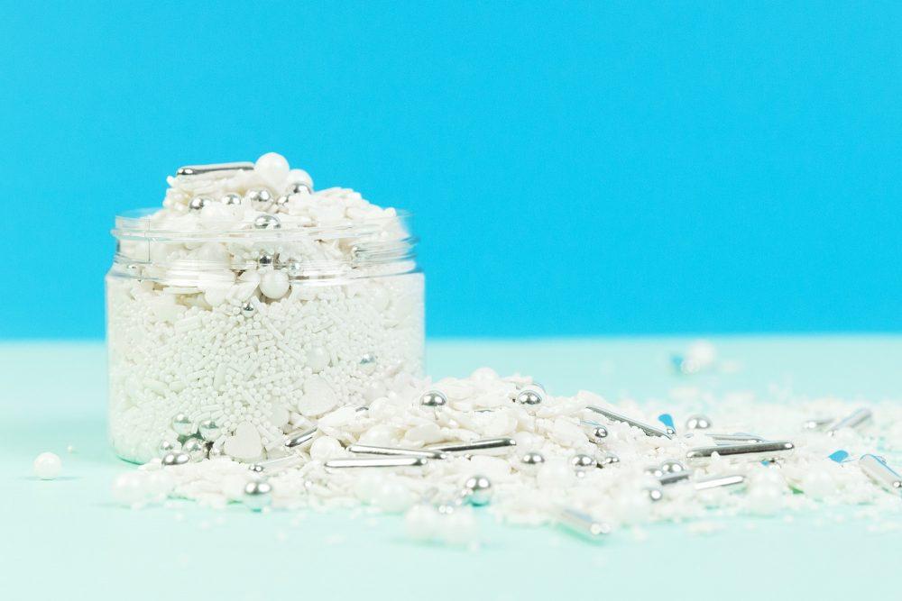 Perfekte Mischung an Zuckerstreuseln fuer Hochzeiten und Veranstaltungen. Backdekoration fuer Hochzeiten und Partys in weiß. Weiße Backdekoartion